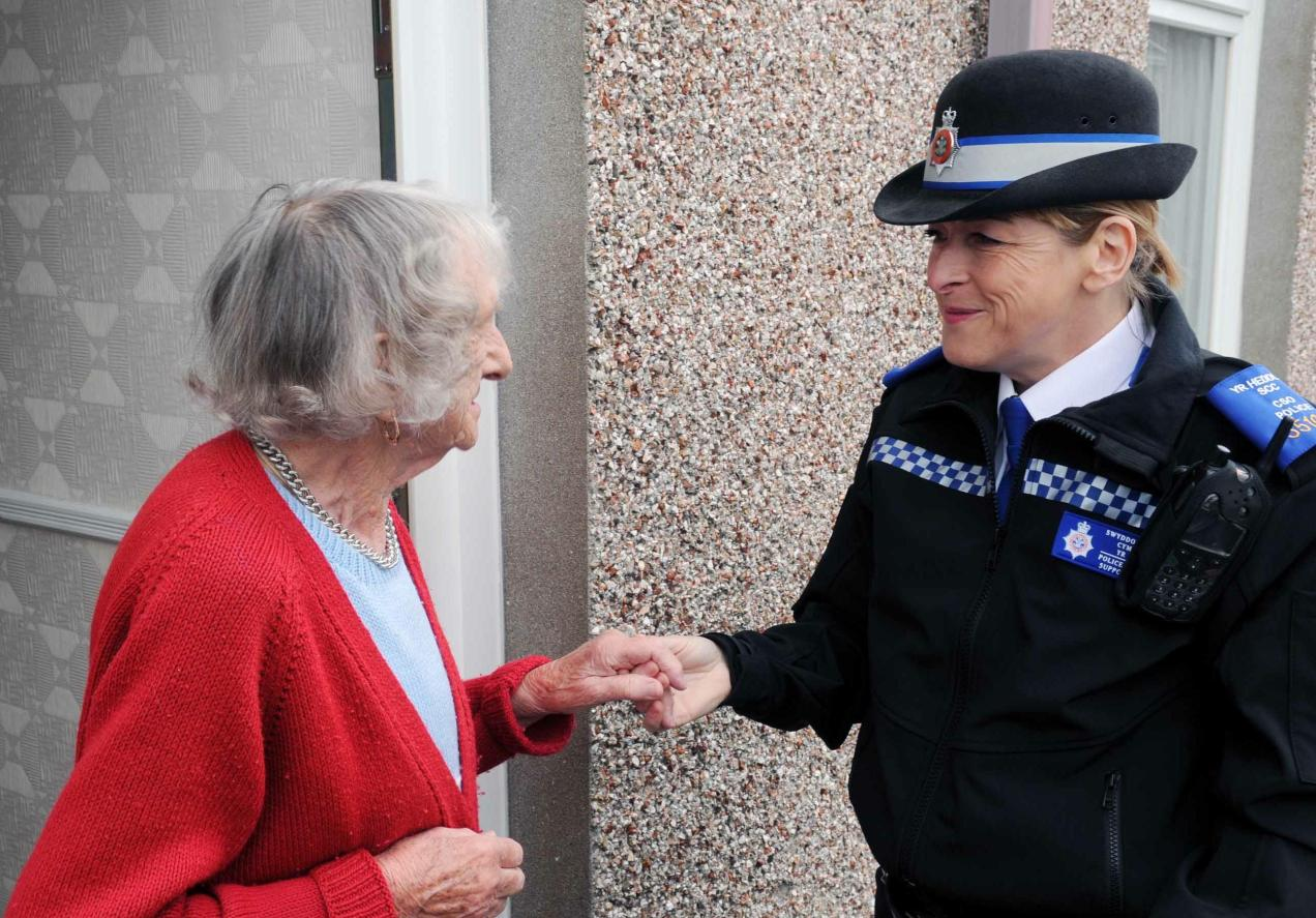 PCSO-Suzanne-Birch-talking-to-lady-on-her-doorstep_1
